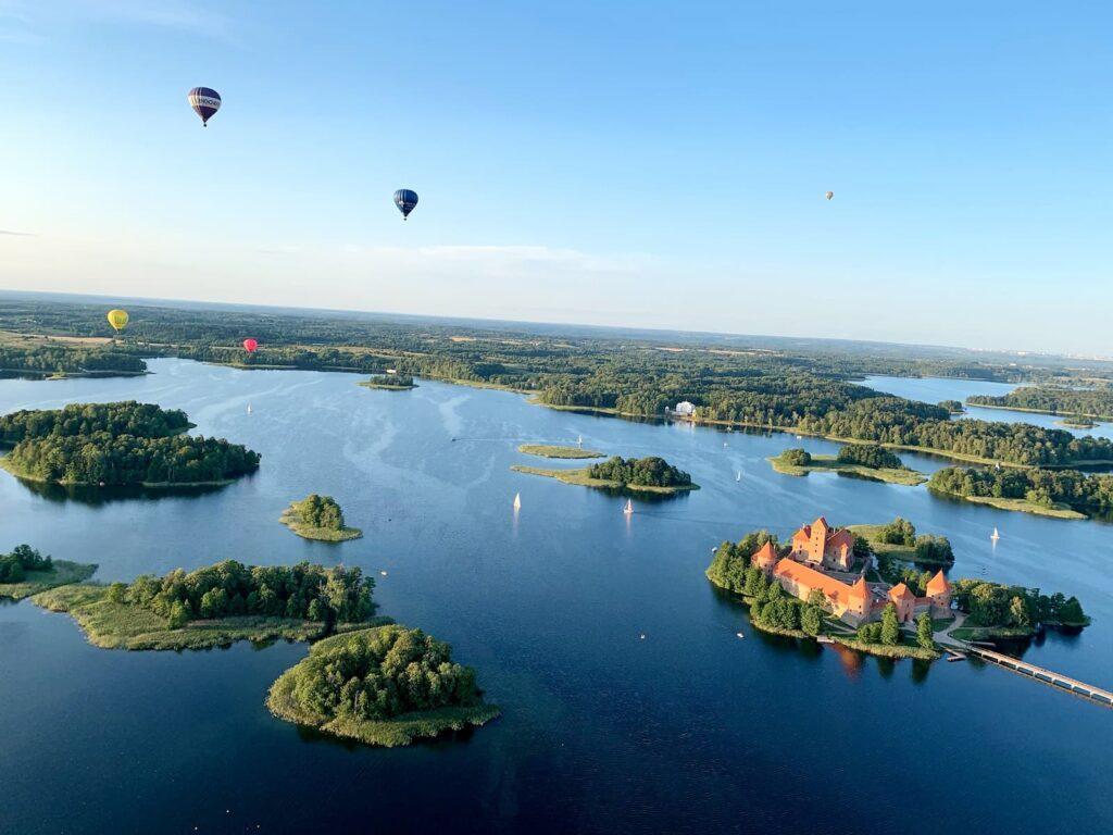 balloons-capturing-trakai-castle