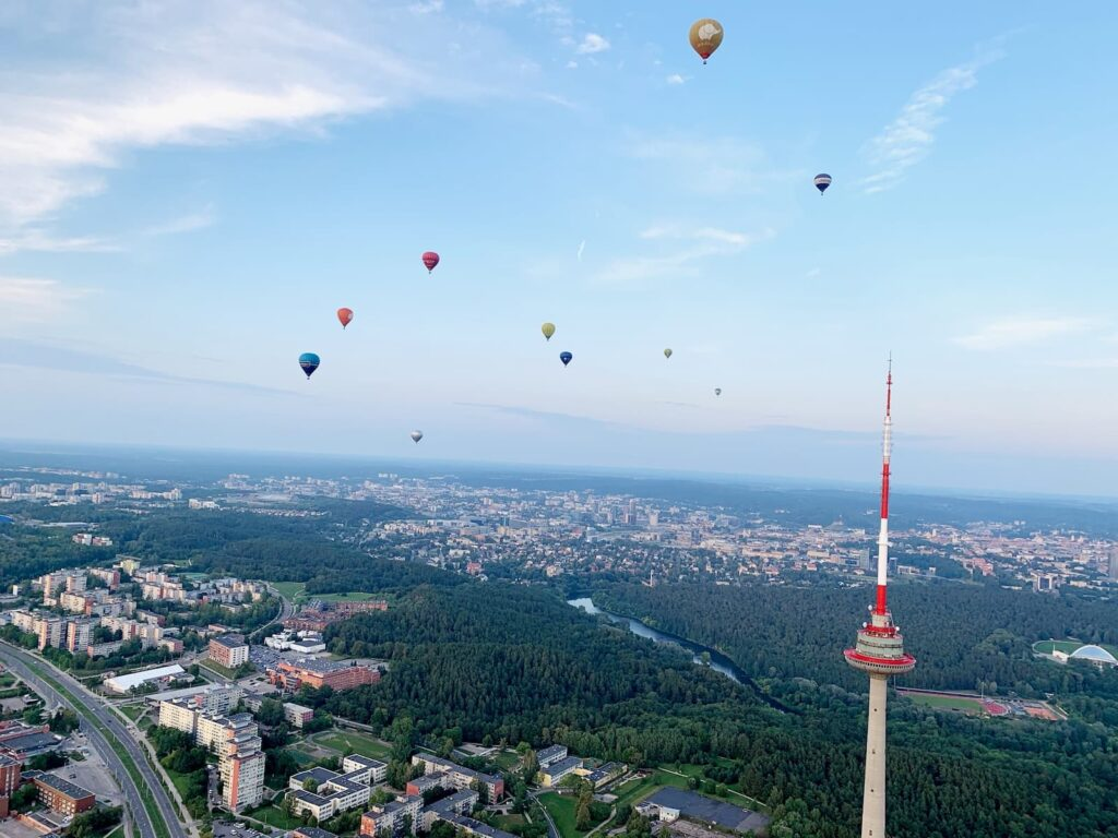 balloons-flying-towards-tv-tover-vilnius
