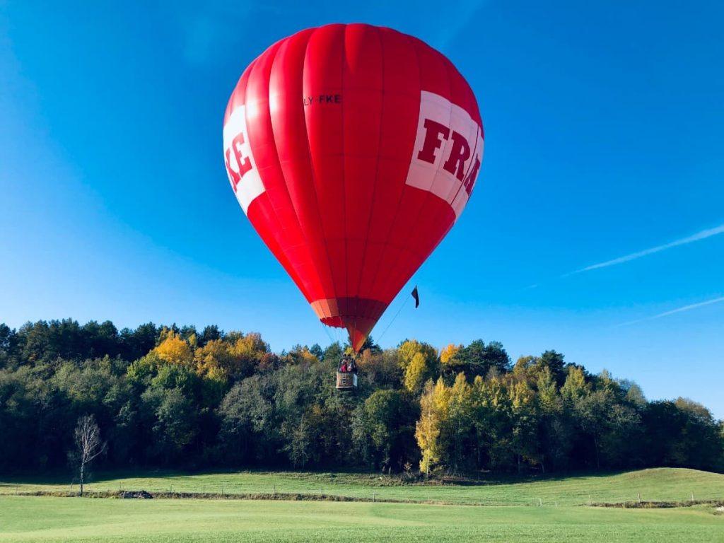 skrydis-oro-balionu-virs-pievos